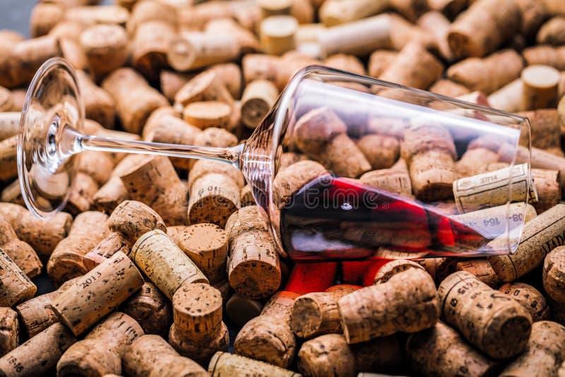De wijn kurkt achtergrondachtergrond en achtergrondwijnglas royalty-vrije stock foto's