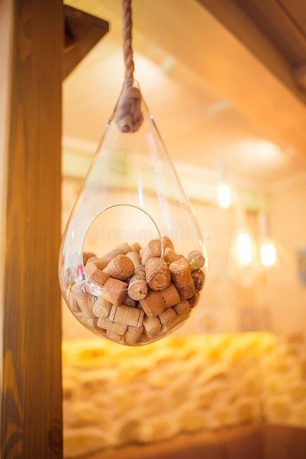 De wijn kurkt in een glaskom die onder het plafond hangen stock afbeeldingen