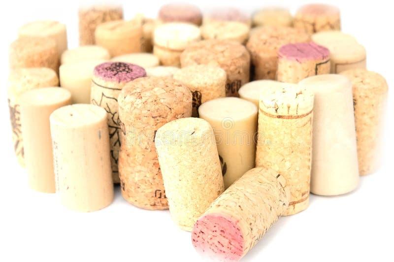 De wijn kurkt ge?soleerd op wit stock fotografie