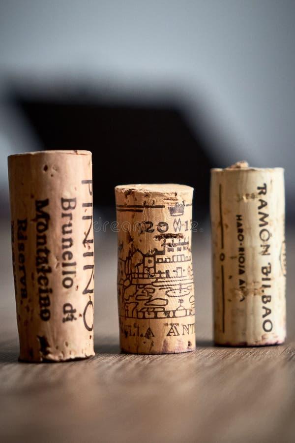 De wijn kurkt legt op de lijst stock afbeelding