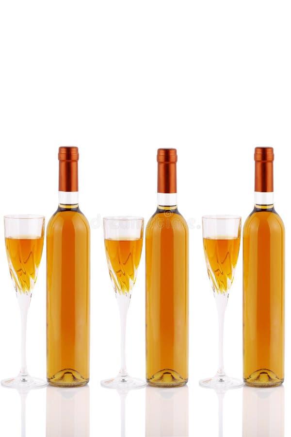 De wijn van flessendi passito met miskelken stock foto