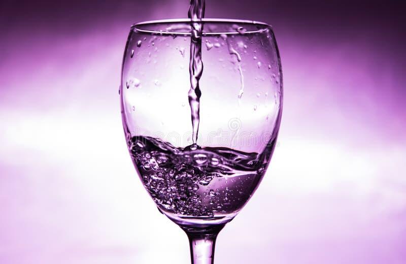 De wijn wordt gegoten in een glas royalty-vrije stock fotografie