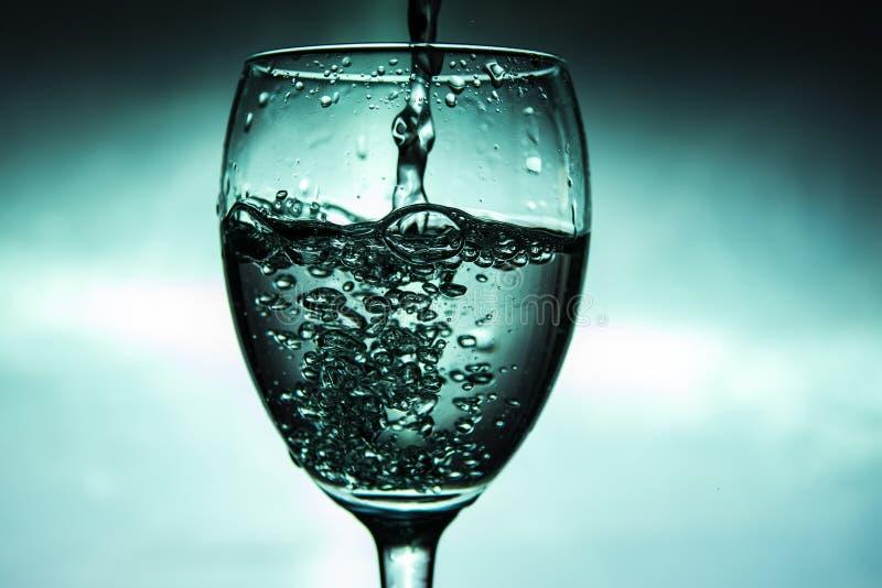 De wijn wordt gegoten in een glas stock afbeeldingen