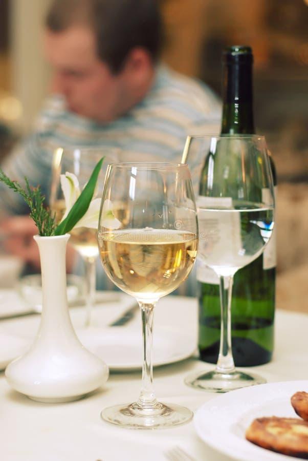 De wijnfles en glas van het stilleven royalty-vrije stock fotografie