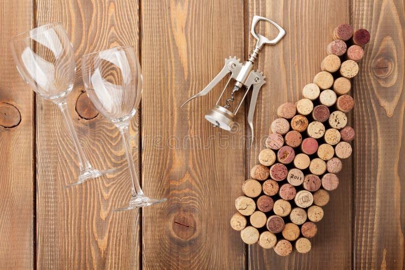 De wijnfles vormde kurkt, glazen en kurketrekker royalty-vrije stock afbeeldingen