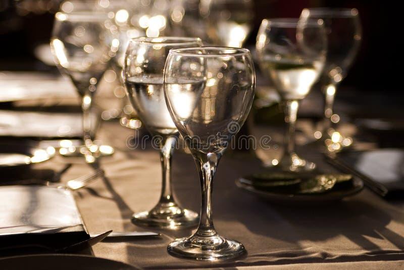 De wijnglazen van de avond stock afbeelding