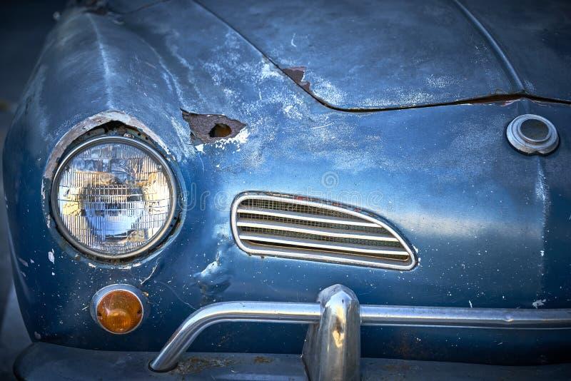 De wijnoogst doorstond unrestored blauwe Duitse klassieke auto met roestgat en ton van karakter stock fotografie
