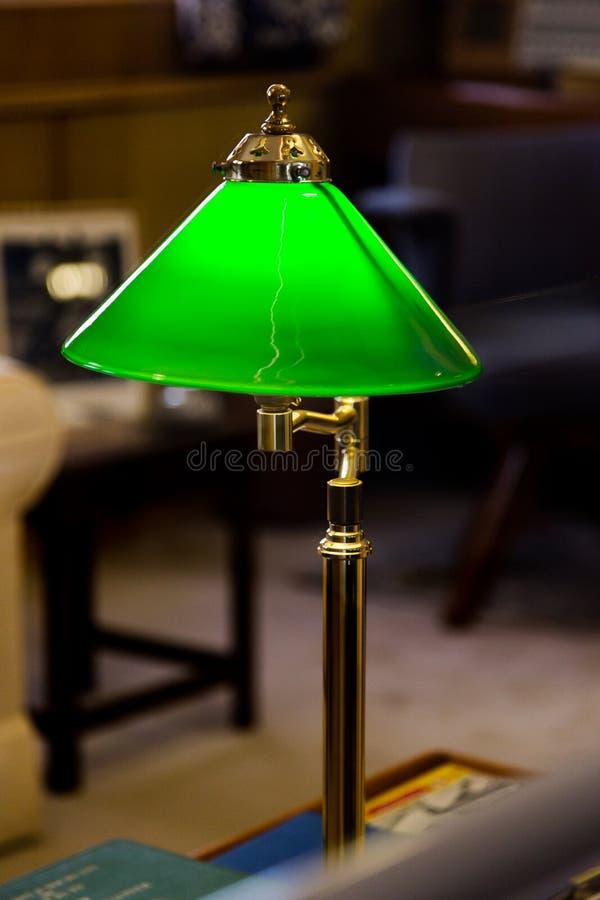 De wijnoogst schakelde groene lamp op bureau in lezingsruimte in royalty-vrije stock afbeeldingen