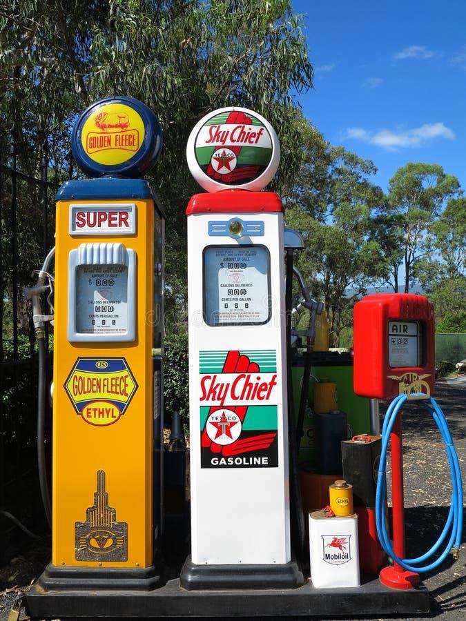 De wijnoogst van de benzinepomppost royalty-vrije stock foto
