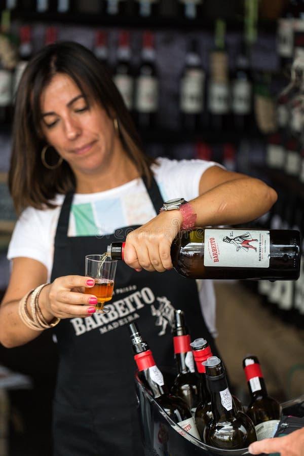 De wijnproducenten moedigen aan het proeven van hun wijnen aan tijdens de wijnfestival van Madera in Funchal op Madera, royalty-vrije stock foto