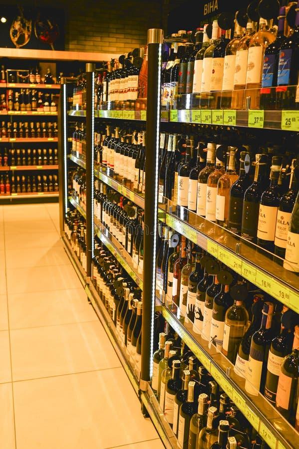 De wijnsectie van de het winkelen van winkeleuroopt centrumgalerij, de stad van Minsk, Februari 2017 Ondiepe Diepte van Gebied royalty-vrije stock foto's
