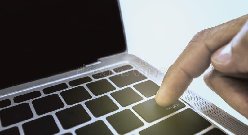 De wijsvinger zet bij Re stemt knoop op laptop witte witte textuur Als achtergrond royalty-vrije stock fotografie