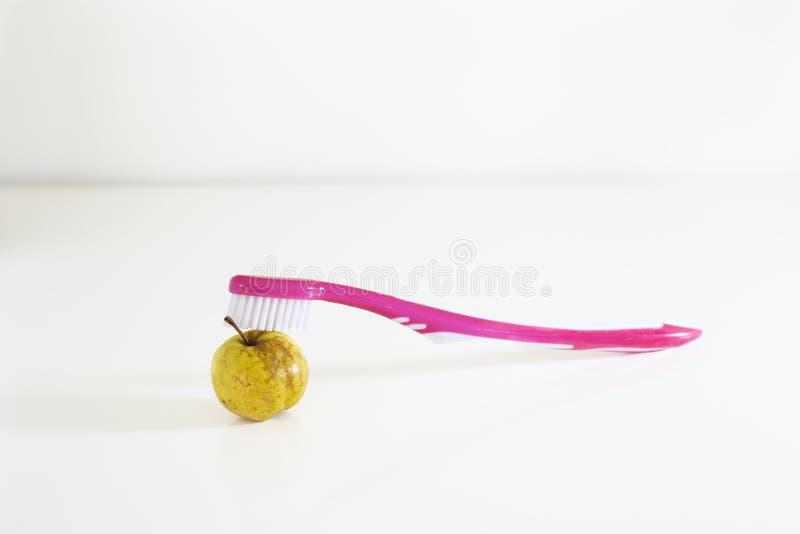 De wilde gele appel en nam tandenborstel toe royalty-vrije stock afbeeldingen