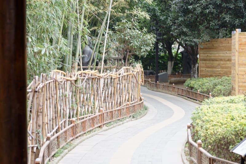 De windende weg leidt tot afgezonderde stil een plaats-hoek van het park stock foto