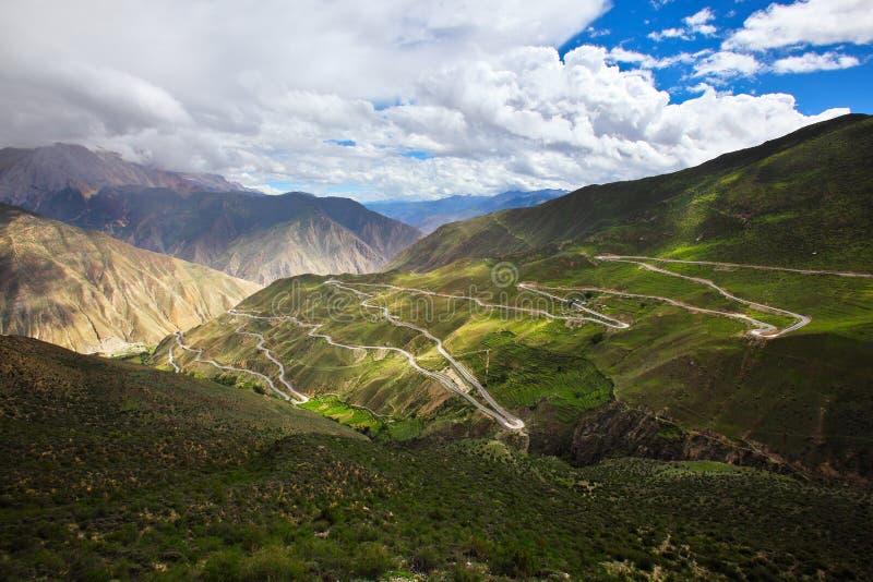 De windende weg op de berg stock afbeeldingen