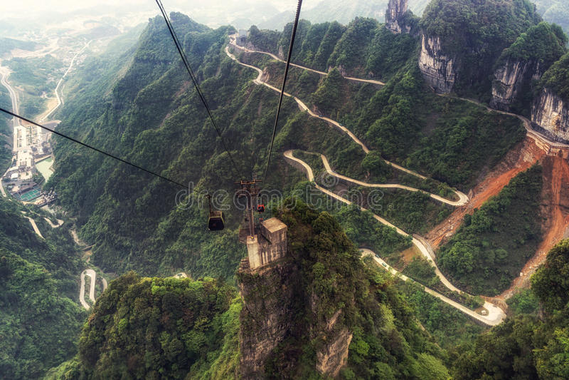 De windende weg van de Tianmenberg royalty-vrije stock afbeeldingen