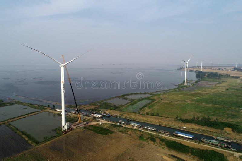 De Windenergieinstallatie van het Hongzemeer in China stock fotografie