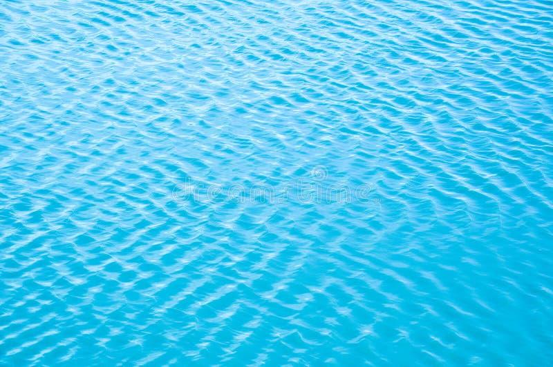 De windgolven het water en de vormengolven stock fotografie