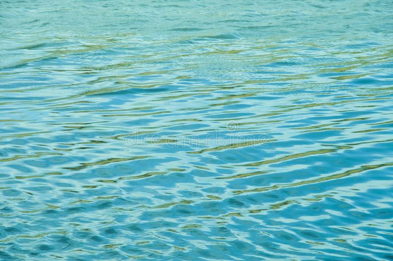 De windgolven het water en de vormengolven stock foto