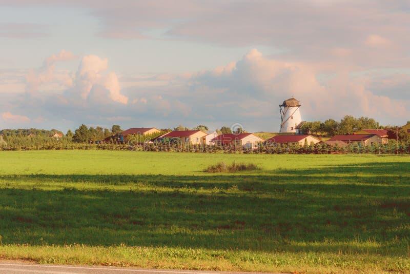 De windmolen bij de zonsondergang stock afbeeldingen
