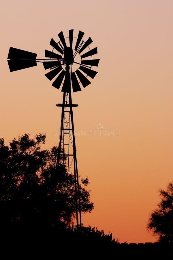 De windmolen van het landbouwbedrijf stock afbeelding