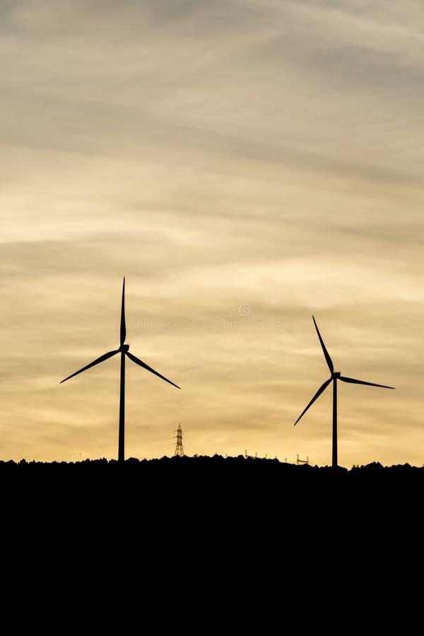 De windmolens produceren elektrisch voor onze wereld stock foto