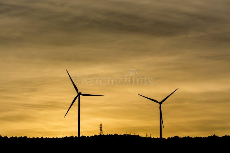 De windmolens produceren elektrisch voor onze wereld royalty-vrije stock foto