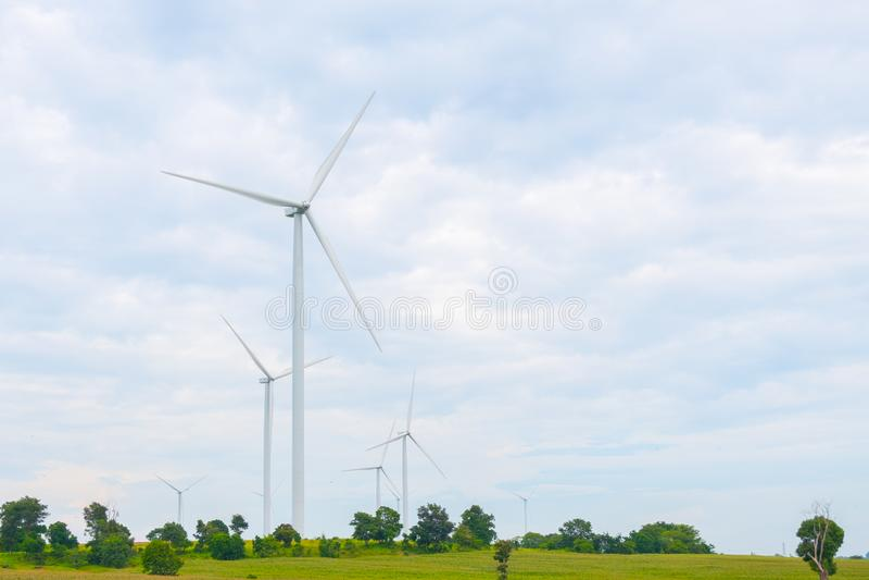 De windturbine maakte Duurzame energie op gebied, blauwe hemel en wolkenachtergrond in Chaiyaphum Thailand stock afbeeldingen