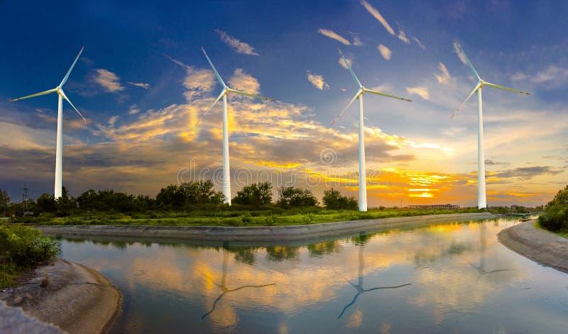 De windturbine of de windenergie in elektriciteit wordt vertaald, milieubescherming maakt de wereld die niet heet stock foto's