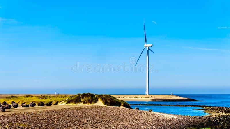 De windturbines bij de Oosterschelde-inham bij het eiland van Neeltje Jans op de Deltawerk stormen Schommelingsbarrière stock afbeeldingen