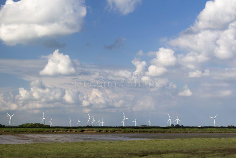 De windturbines langs de Rivier buigen, Essex, Engeland stock foto