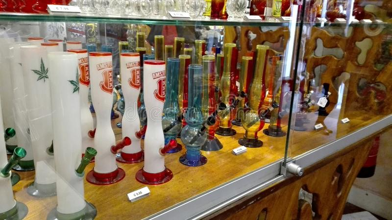 De winkel demonstreert bongs of waterpijpen voor het roken stock foto's