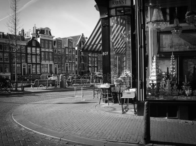 De winkel van Amsterdam met de huizen van China in het venster, het kanaal, de gebouwen en baksteen het bedekken royalty-vrije stock foto