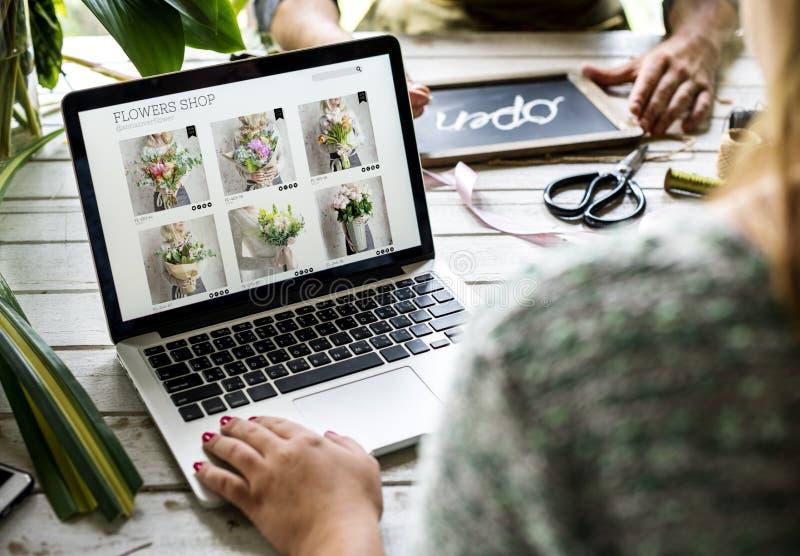 De winkel van de e-businessbloem de marketing bevordert op sociale media royalty-vrije stock foto's
