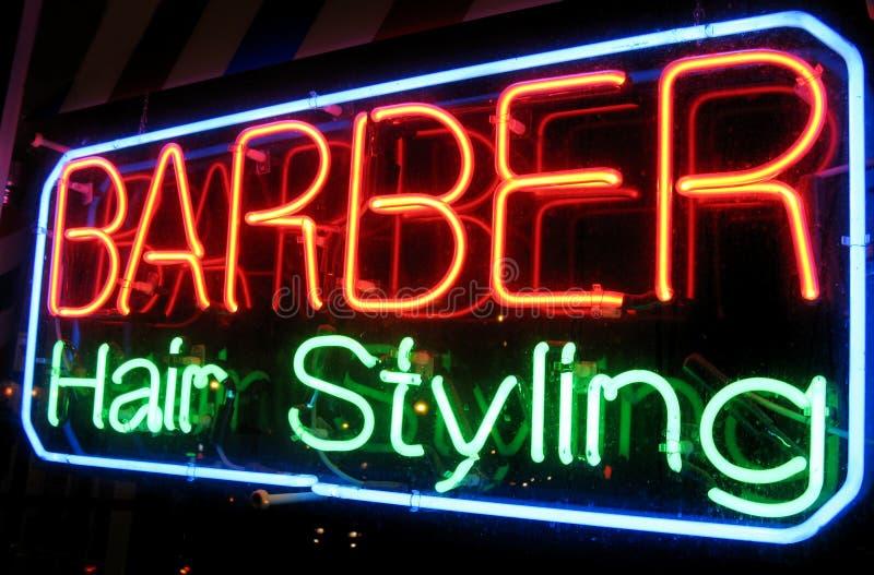 De Winkel van de kapper bij Nacht royalty-vrije stock foto