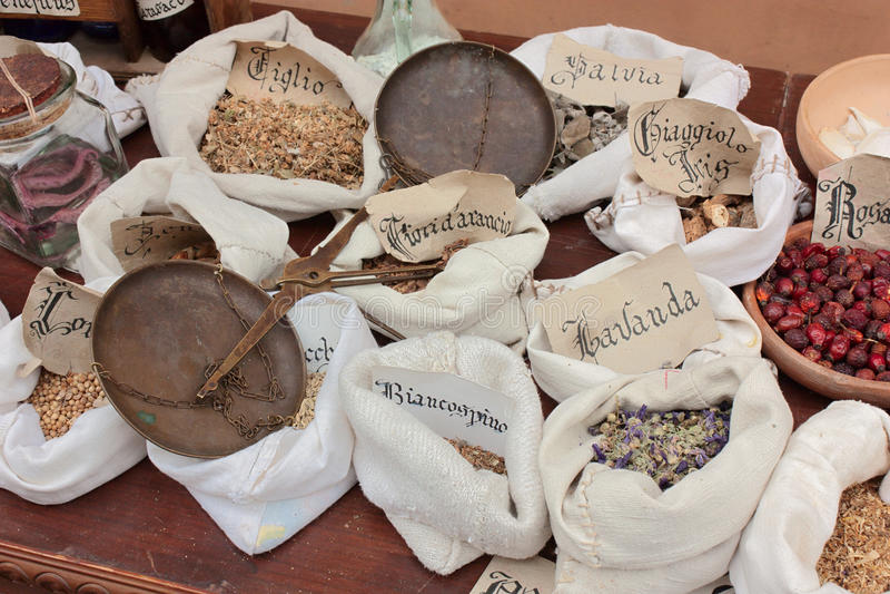 De winkel van de oude kruidkundige stock fotografie