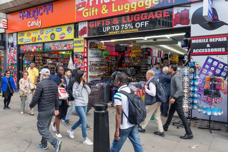 De winkelende mensen dichtbij gift winkelen in de straat Londen, het UK van Oxford royalty-vrije stock afbeelding