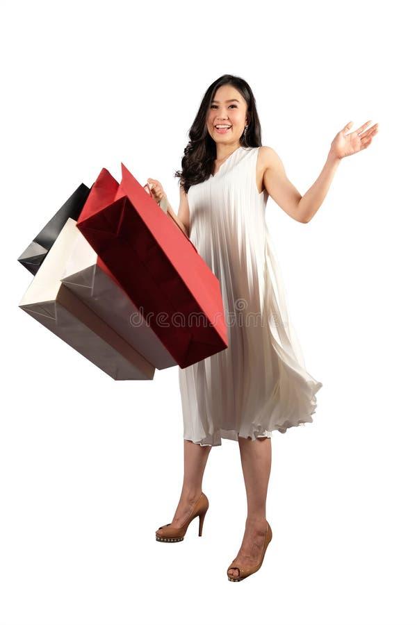 De winkelende vrouw met het winkelen doet in zakken royalty-vrije stock fotografie