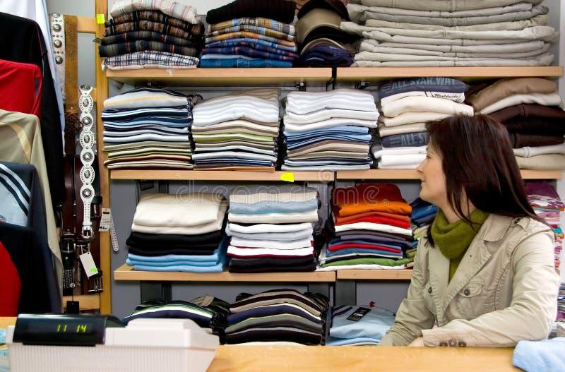 De winkelvrouw van kleren stock afbeeldingen