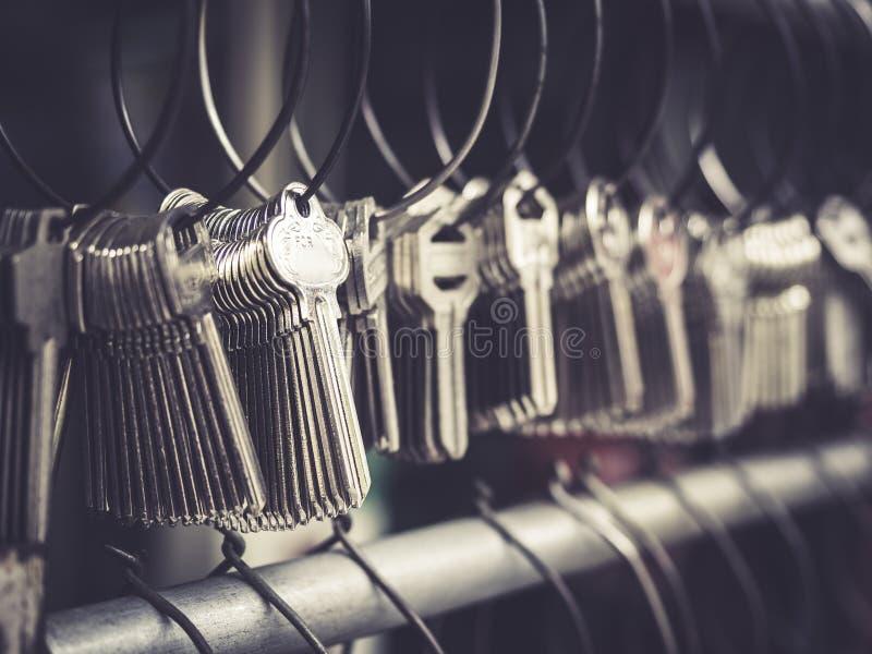 De winkelzaken van slotenmakerKey vele keychains in bossen royalty-vrije stock foto