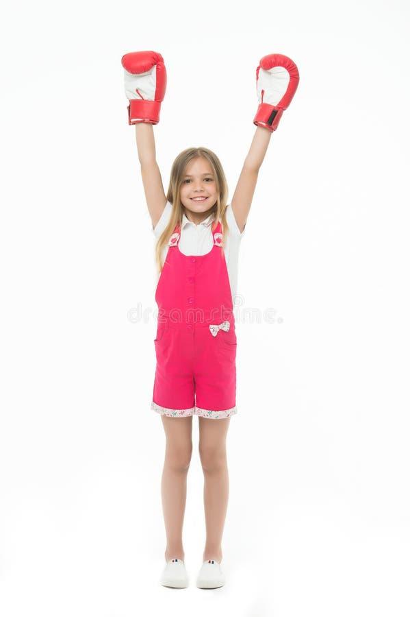 De winnaar neemt het allen Meisje bij het glimlachen gezicht het stellen met bokshandschoenen als winnaar, geïsoleerde witte acht stock fotografie