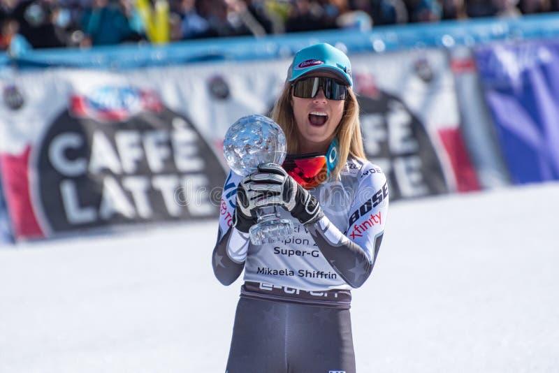 De winnaar de V.S. Mikaela Shiffrin van algemeen Alpien de ski Super G van FIS viert aangezien zij de trofee van de kristalbol ti stock fotografie