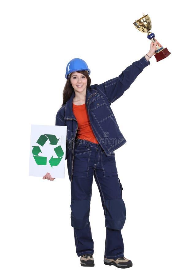 De winnende toekenning van de vrouw voor recycling stock fotografie