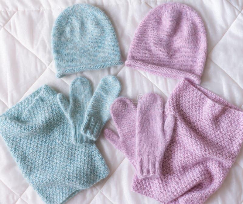 De winter bijkomende inzameling Hoed, sjaal en vuisthandschoenen, op witte achtergrond royalty-vrije stock foto's