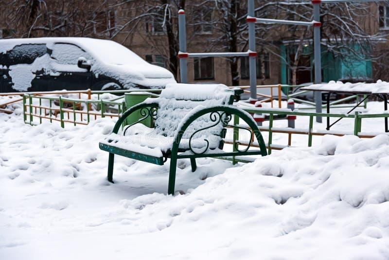 De winter, binnenplaatsen met sneeuw worden behandeld die Het probleem van sneeuwverwijdering in de stad Tekort aan sneeuwblazers royalty-vrije stock afbeeldingen