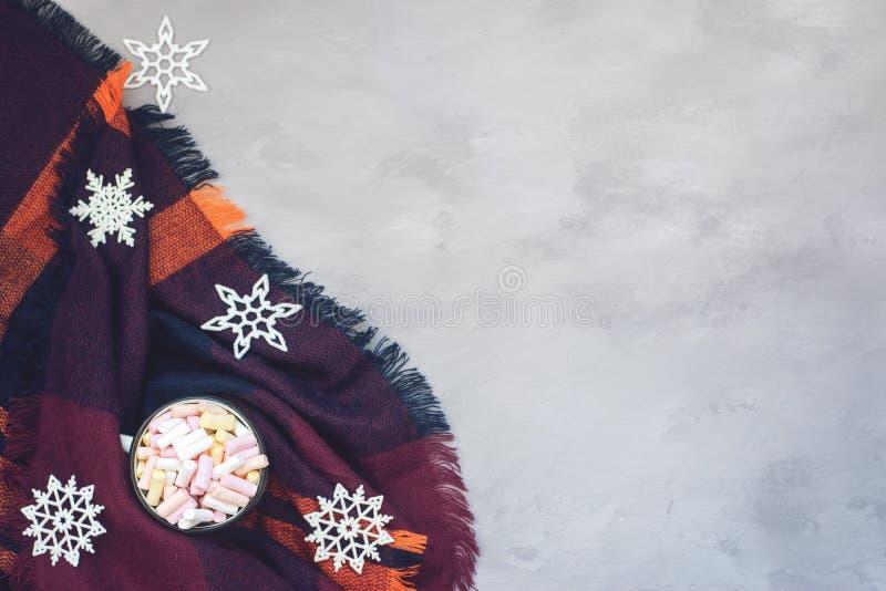 De winter comfortabel concept, banner Koffie met heemst in witte geëmailleerde metaalkop en decoratieve glanzende sneeuwvlok op p royalty-vrije stock afbeelding
