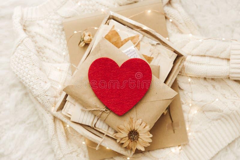De winter comfortabele achtergrond met e-n hart en warme sweater royalty-vrije stock foto's