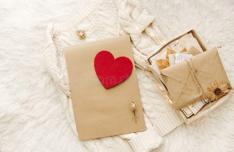 De winter comfortabele achtergrond met e-n hart en warme sweater stock foto's