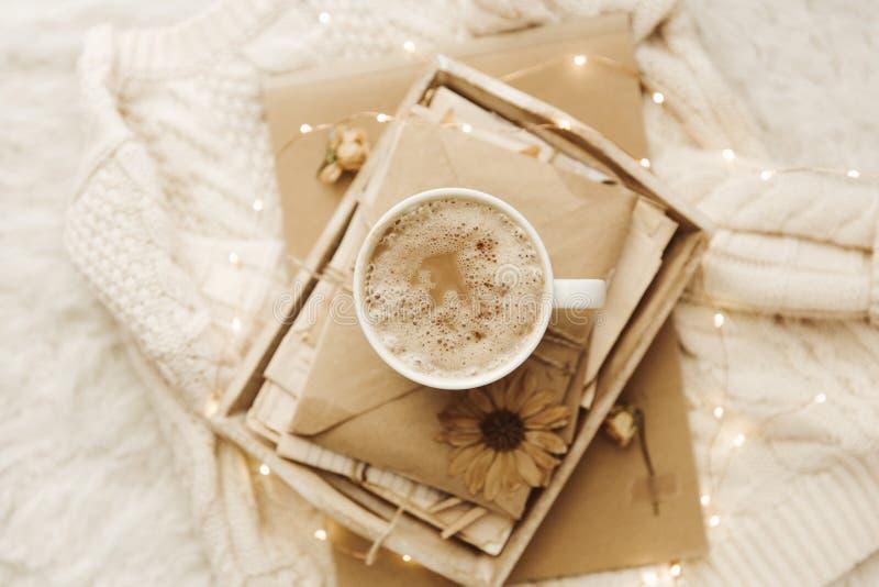 De winter comfortabele achtergrond met koffie en oude brieven royalty-vrije stock afbeelding