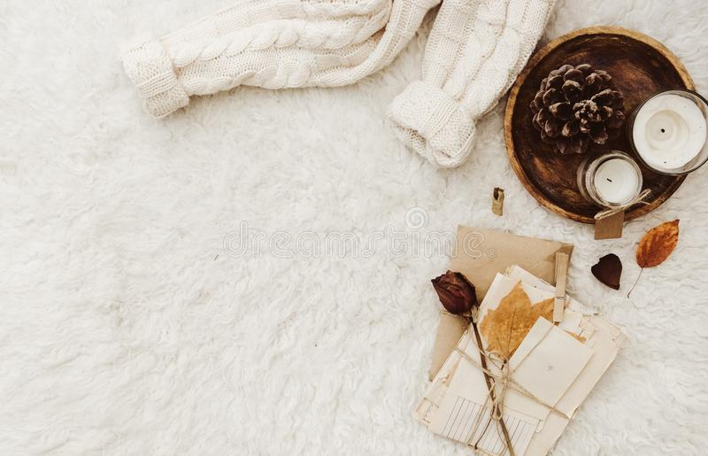 De winter comfortabele samenstelling met exemplaarruimte stock foto